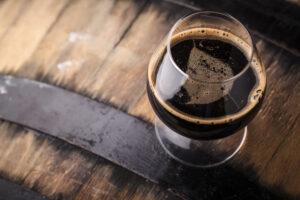 Бокал тёмного овсяного пива