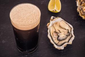 Бокал тёмного пива верхового брожения с густой пеной