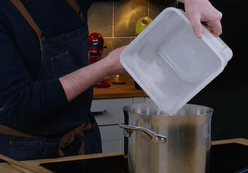 Смешайте имбирную закваску с водой